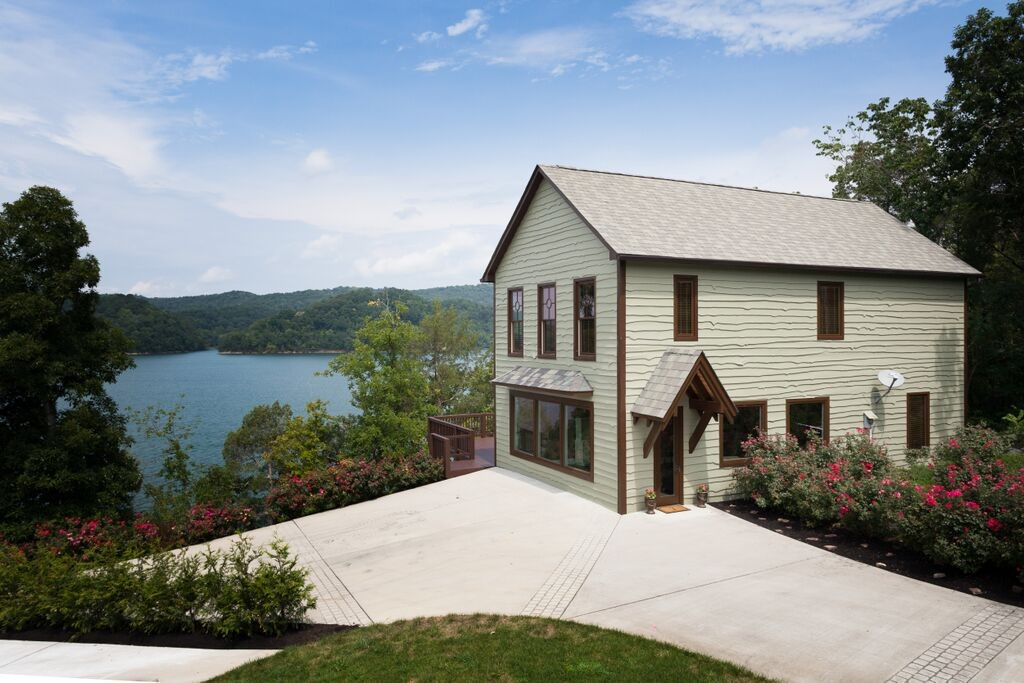 SOLD – Absolute Auction – 2,300 sq. ft. Upscale Norris Lakefront Home